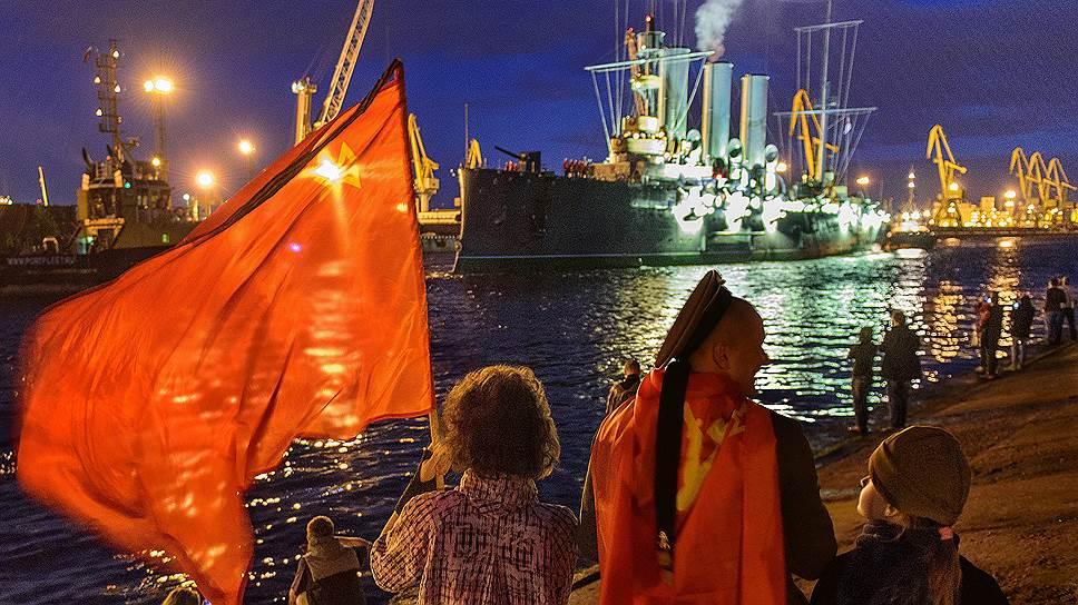 Теперь символ Октябрьской революции встречает гостей обновленной экспозицией. Если раньше акцент в истории корабля ставился на событиях пролетарской революции, то теперь экспозиция расширена и рассказывает также об участии «Авроры» в сражениях Русско-японской, Первой и Второй мировой войн
