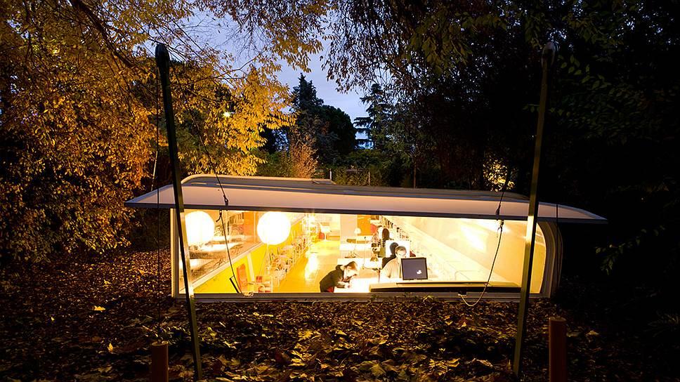 Штаб-квартира испанского архитектурного бюро Selgas Cano, наполовину спрятанная под землей в лесу, служит живым портфолио его идей
