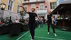Танцующие официантки и барабанщики