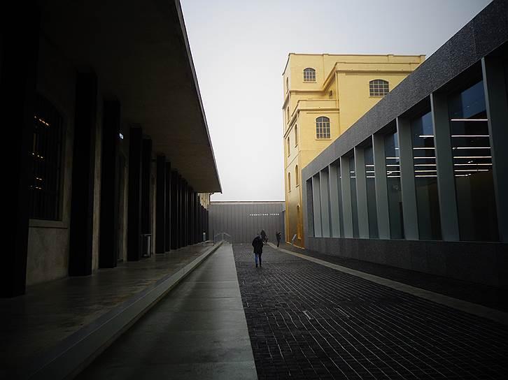 Fondazione Prada в Милане расположен на территории бывшего завода по производству джина, пространство преобразовал архитектор Рем Колхас