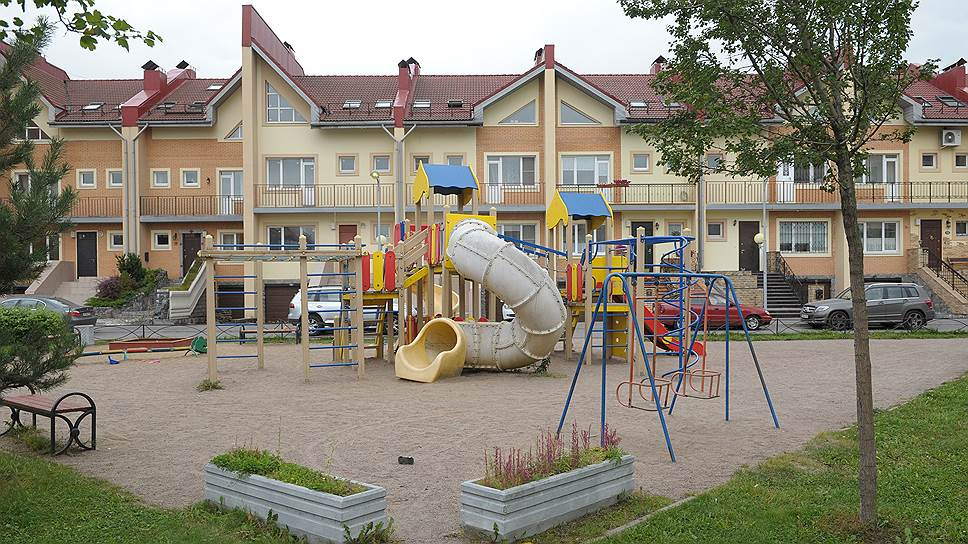 В Европе формат таунхаусов предполагает строительство сблокированных домов в центре города, но в Петербурге их стали возводить исключительно за городом. Отсюда и произошел конфликт между названием формата, самим продуктом, ожиданиями покупателя и экономической выгодой девелопера