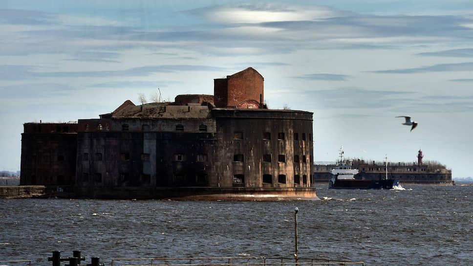 Котлин со всех сторон был окружен искусственными мелями, остались лишь два узких фарватера, движение по которым контролировали форты на искусственных же островах