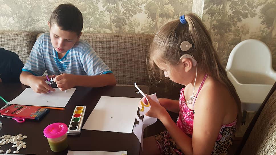 В России действуют различные общественные организации и частные программы, цель которых — обеспечить адаптацию глухого ребенка, в том числе за счет предоставления слуховых аппаратов и кохлеарной имплантации
