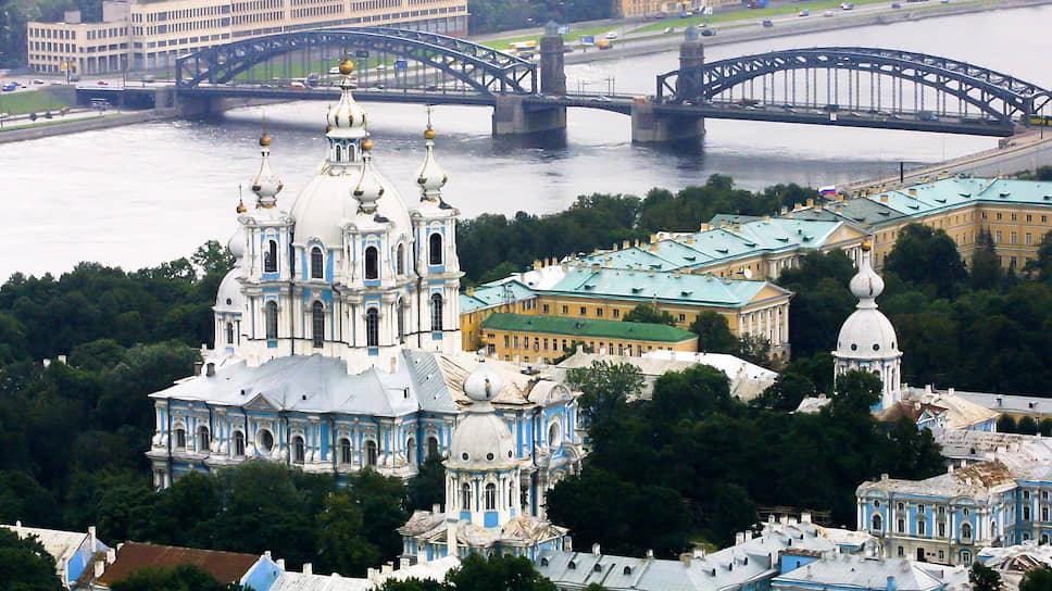 Пятиярусная башня над западными воротами монастыря оказалась бы самым высоким зданием не только в городе, но и во всей России
