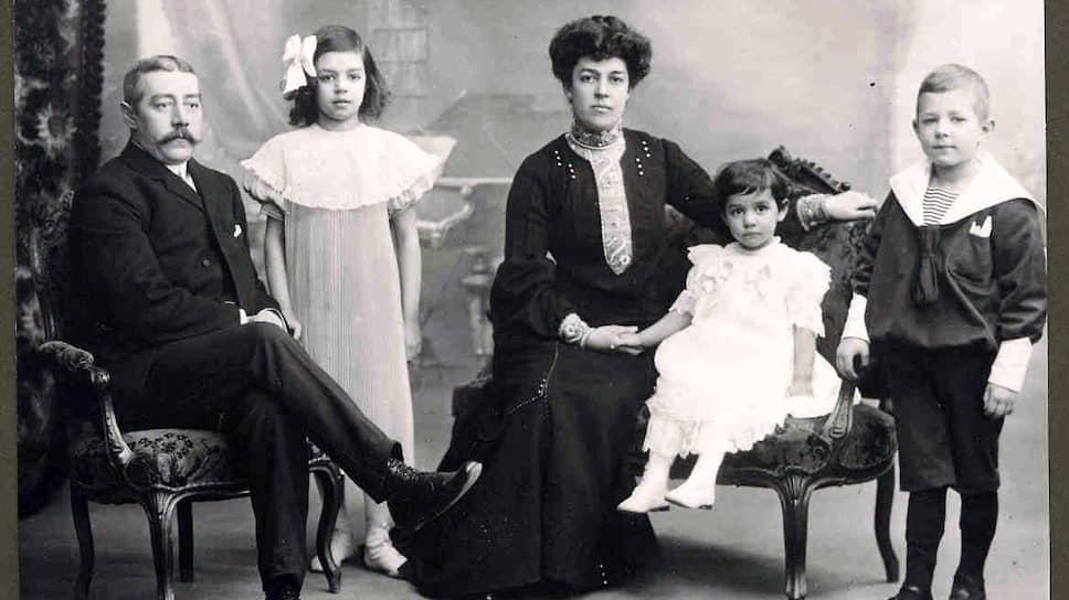 Карл и Берта Фацер вместе с детьми