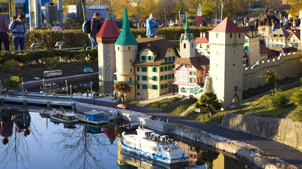 Нейминг парка развлечений Lego играет на детском интересе к жизни в кукольном домике. Первой жизнеспособность идеи «реализации» сказочного мира доказала компания Disney