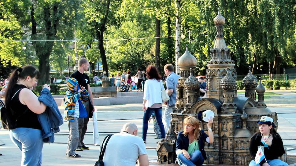 Мини-город в Александровском парке Петербурга был открыт в 2011 году. Там собраны бронзовые копии многих городских достопримечательностей в масштабе 1:33