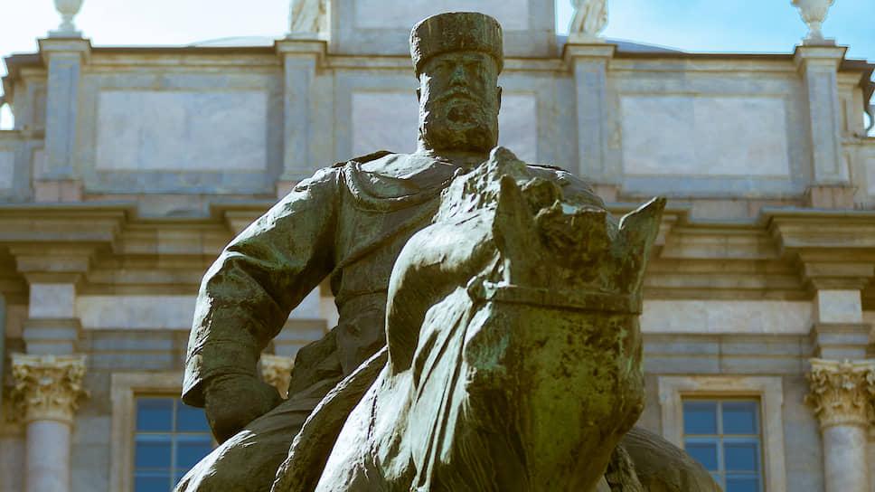 К наследию эпохи Александра III можно отнести и знаменитый конный памятник императору работы скульптора Паоло Трубецкого, который был открыт на Знаменской площади (ныне площадь Восстания) 28 мая 1909 года