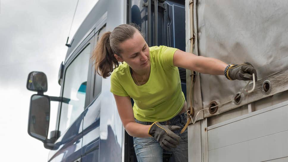 В России все еще велико количество людей, скептически относящихся к сокращению списка опасных профессий для женщин и выражающих сомнение в профессионализме женщин, которые работают, например, водителями фур или машинистами электропоездов