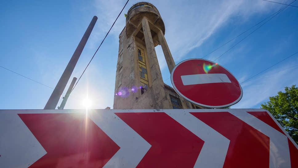 По словам застройщиков, попытки «защитить любой сарай» часто продиктованы алчными интересами. Отделить сараи от памятников мешает невнятная градостроительная политика