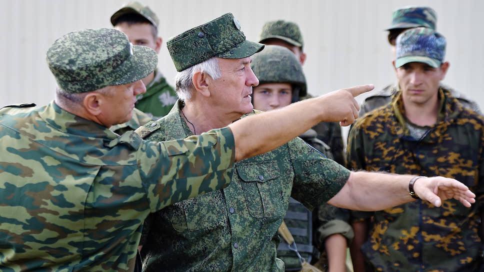 Перед  заместителем главы Кубани Николаем Долудой (на фото в центре) поставлены новые цели