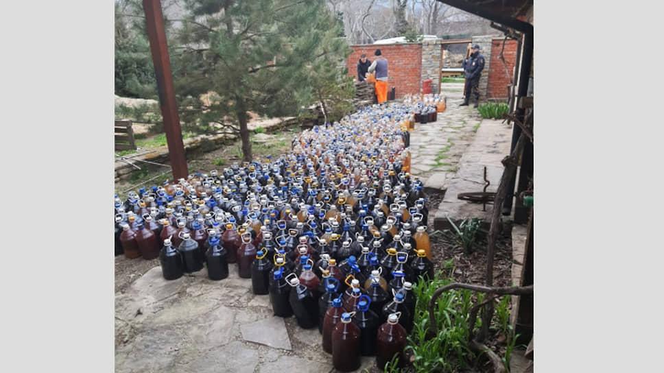 В Анапе полицейские изъяли 20 т незаконно изготовленного вина