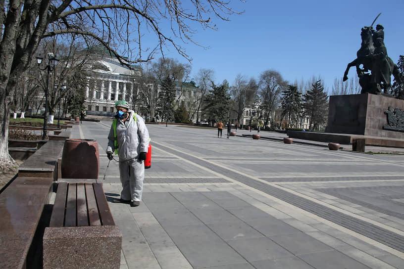 Сотрудник ЖКХ во время обработки территории площади Советов дезинфицирующиии средствами в целях профилактики против коронавируса COVID-19