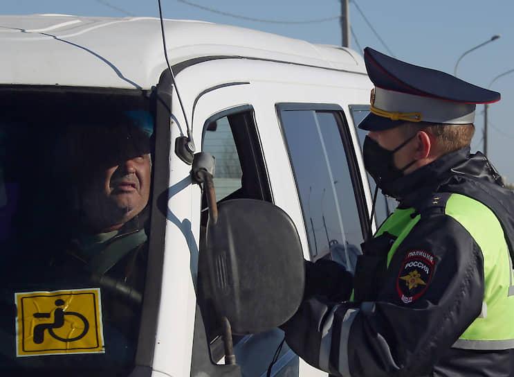 Сотрудник дорожно-патрульной службы (ДПС) во время проверки водителей и автотранспорта на предмет соблюдения санитарно-эпидемиологических требований, установленных распоряжением губернатора Ростовской области