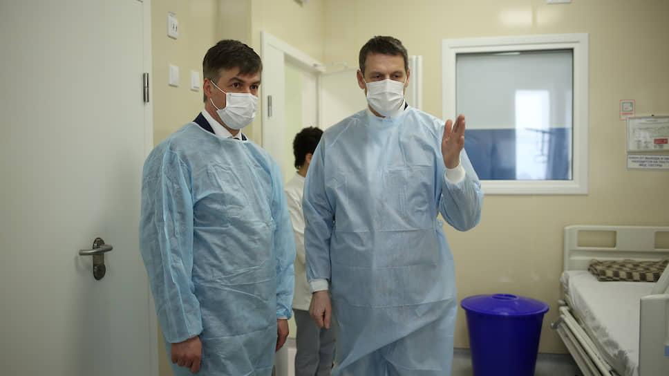 Главный врач ЦГБ Ростова Дмитрий Сизякин и глава городской администрации Алексей Логвиненко в новом госпитале для больных коронавирусом