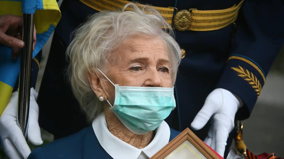 Ветеран Великой Отечественной войны Елена Наумовна Горбачева во время поздравления ее с 75-ой годовщиной победы в Великой Отечественной войне и с 95-летием со дня рождения.