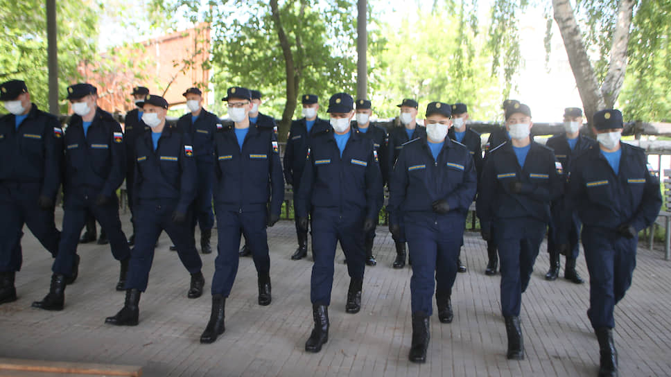 Призывники в медицинских масках на призывном пункте
