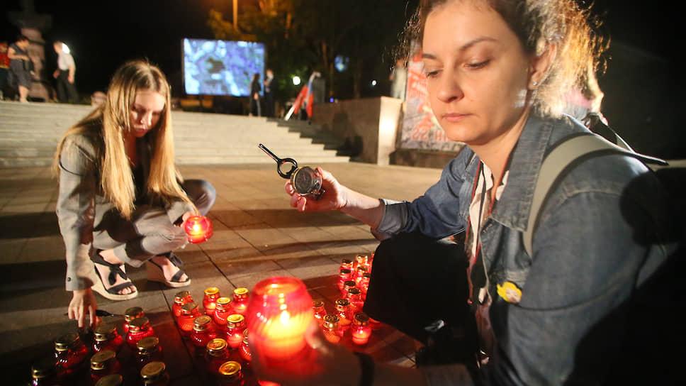 """День памяти и скорби. Участники молодежных патриотических объединений в медицинских масках во время акции """"Минута молчания"""" в память о погибших в Великой Отечетсвенной войне на городской набережной."""