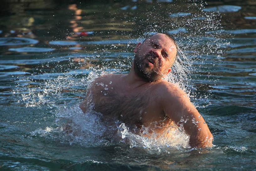 Праздник Крещения Господня. Верующие во время Крещенских купаний в источнике Гремучий - родник святого Серафима Саровского.