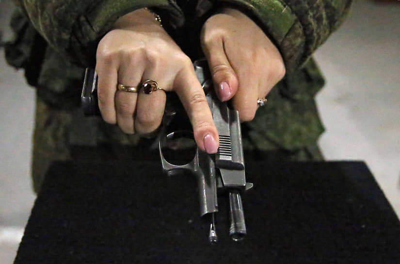 Военнослужащие-женщины соединения специального назначения Южного военного округа во время занятий по специальной и тактической подготовке в преддверии Международного женского дня в поселке Рассвет.