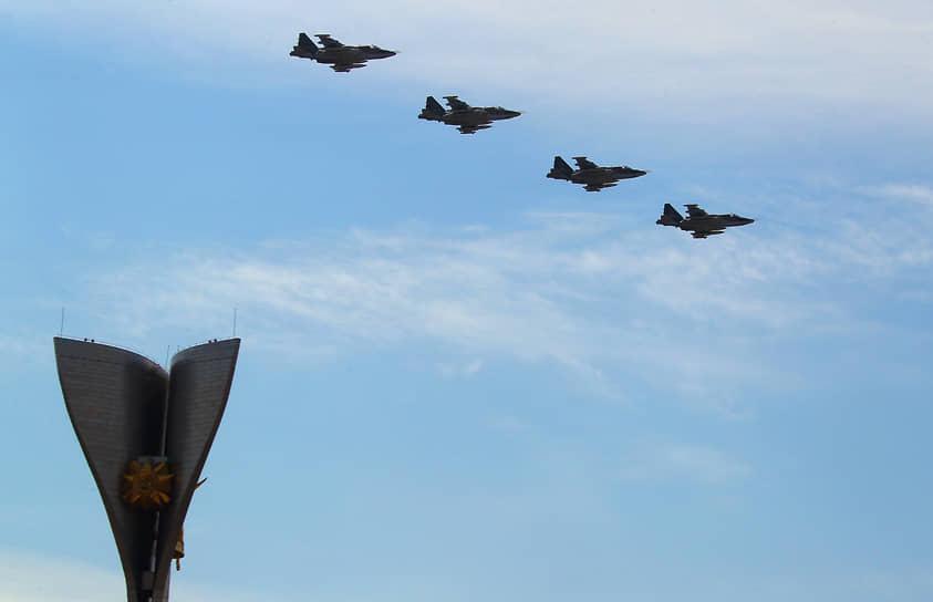 Военный парад на Театральной площади, посвященный 75-летию Победы в Великой Отечественной войне. Военные самолеты во время воздушной части парада .
