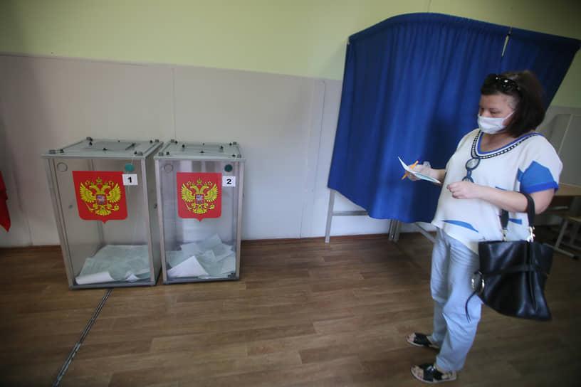 Общероссийское голосование по поправкам к Конституции России. Люди во время голосования на избирательном участке в школе №49.