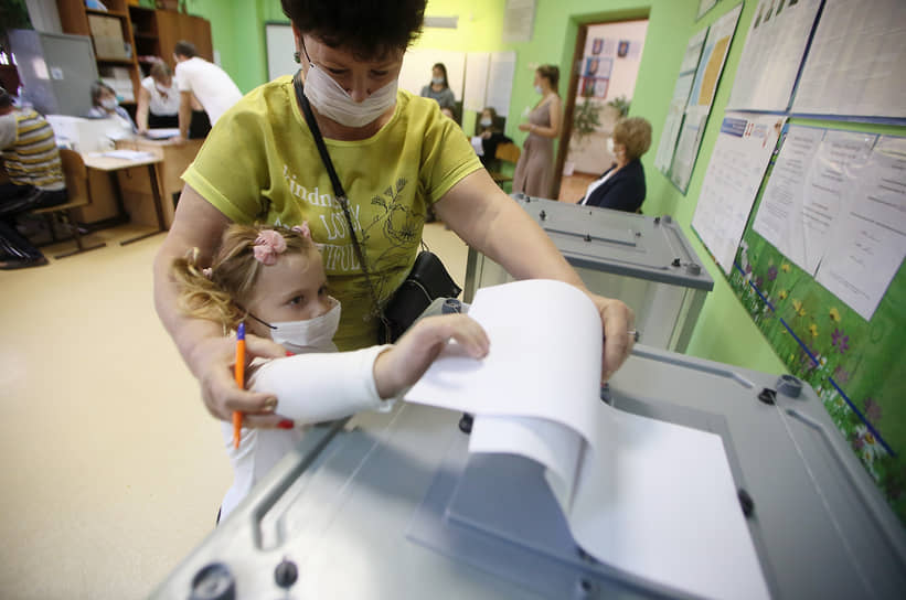 Единый день голосования на выборах высших должностных лиц субъектов России. Избиратели во время голосования на избирательном участке.