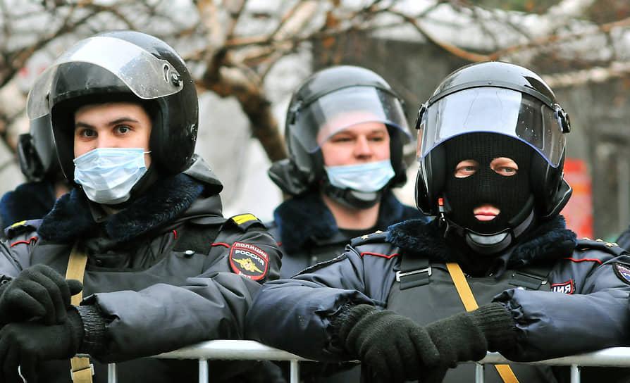Несанкционированная акция сторонников оппозиционера Алексея Навального в Ростове-на-Дону. Сотрудники правоохранительных органов в оцеплении во время акции