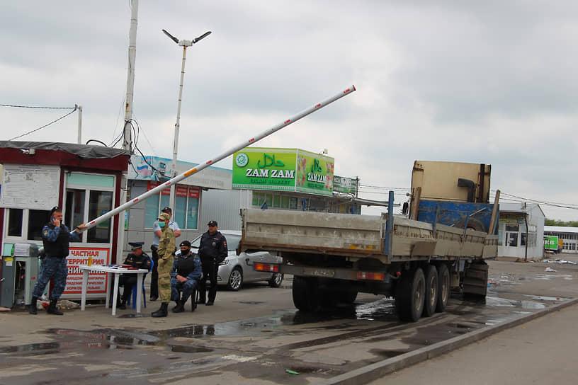 Закрытый по решению властей оптовый овощной рынок, в Аксайском районе