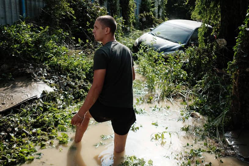 Июль 2021 г. Россия, Краснодарский край, Джубга Последствия наводнения в Джубге. Запопленный легковой автомобиль на улице.