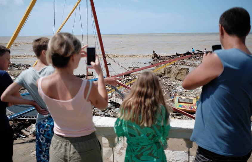 Июль 2021 г. Россия, Краснодарский край, Туапсинский р-он Последствия наводнения в Лермонтове. Туристы фотографируют пляж после наводнения.