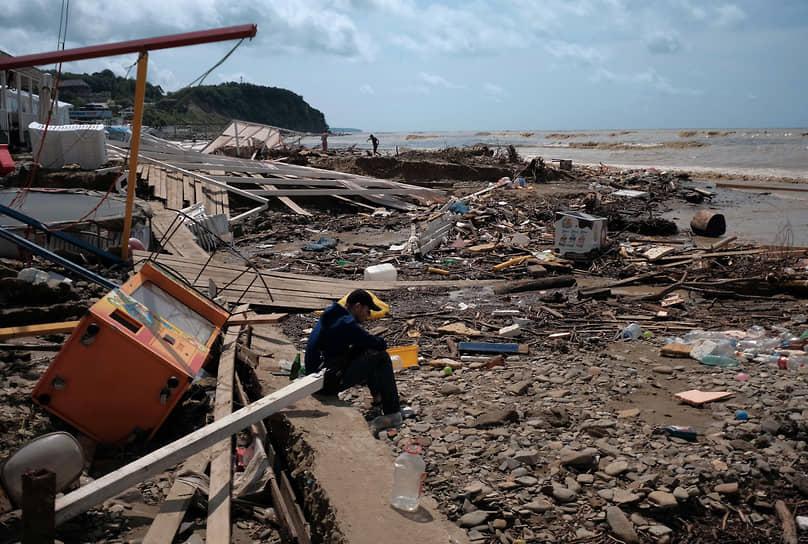 Июль 2021 г. Россия, Краснодарский край, Туапсинский р-он Последствия наводнения в Лермонтове. Пляж после наводнения.