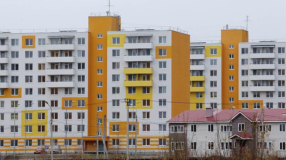 Застройщики не могут значительно поднимать цены на квартиры из-за общего падения доходов населения в условиях кризиса.