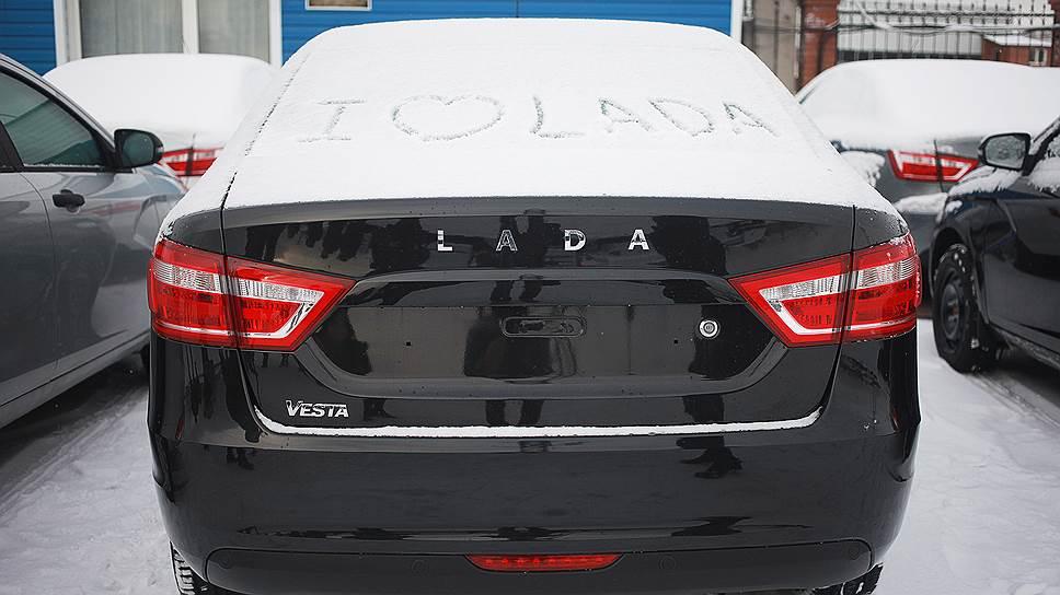 АвтоВАЗ обогнал рынок / Продажи тольяттинского завода поитогам прошлого года сократились на30,5%