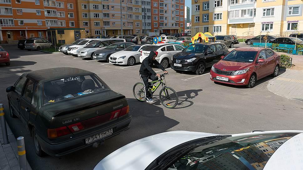 Строительство многоэтажек без парковочных мест усугубляет транспортную ситуацию вСамаре иведет кзагромождению дворов.