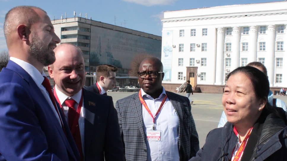 Максим Сурайкин (слева), называя себя интернационалистом, намерен обжаловать решение суда