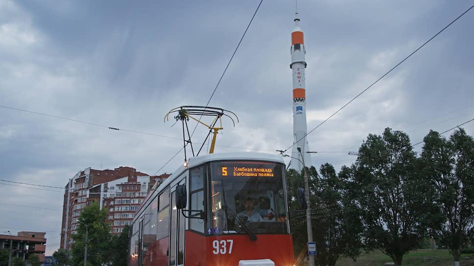 Трамвай на фоне монумента ракеты-носителя «Союз» и музейно-выставочного центра «Самара Космическая».