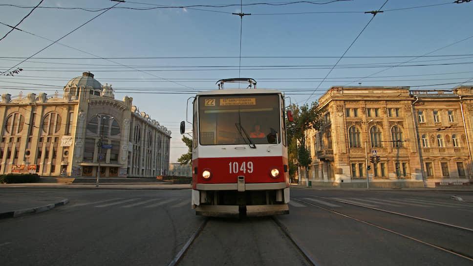 Трамвай проезжает мимо филармонии и здания бывшей земской управы