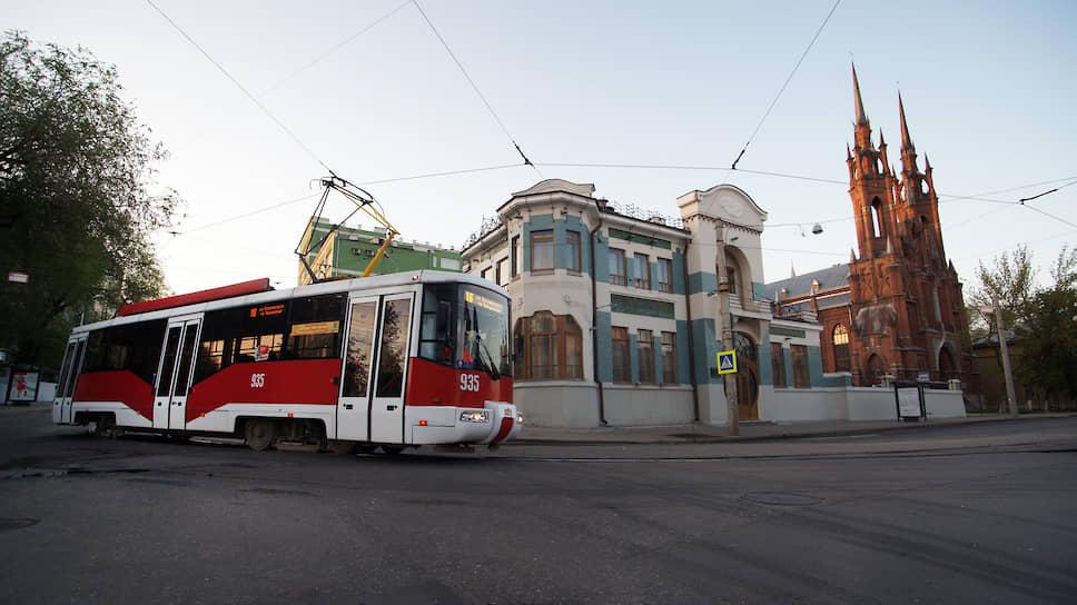 Трамвай возле музея модерна (особняк Курлиной) и католического храма Пресвятого Сердца Иисуса.