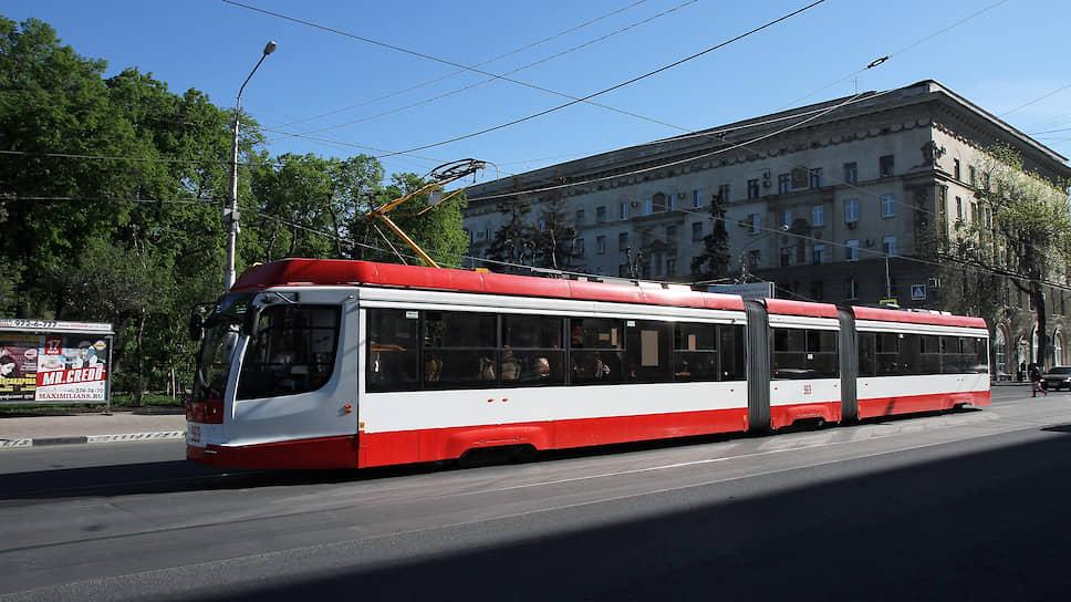 Современный трехсекционный трамвай производства Усть-Катавского вагоностроительного завода..