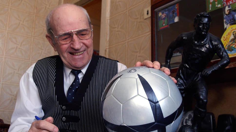 Воспитанник самарского футбола играл за «Крылья Советов» с 1947 по 1959 годы, потом работал в команде тренером в 1960 году и старшим тренером в 1961—1969 годах.