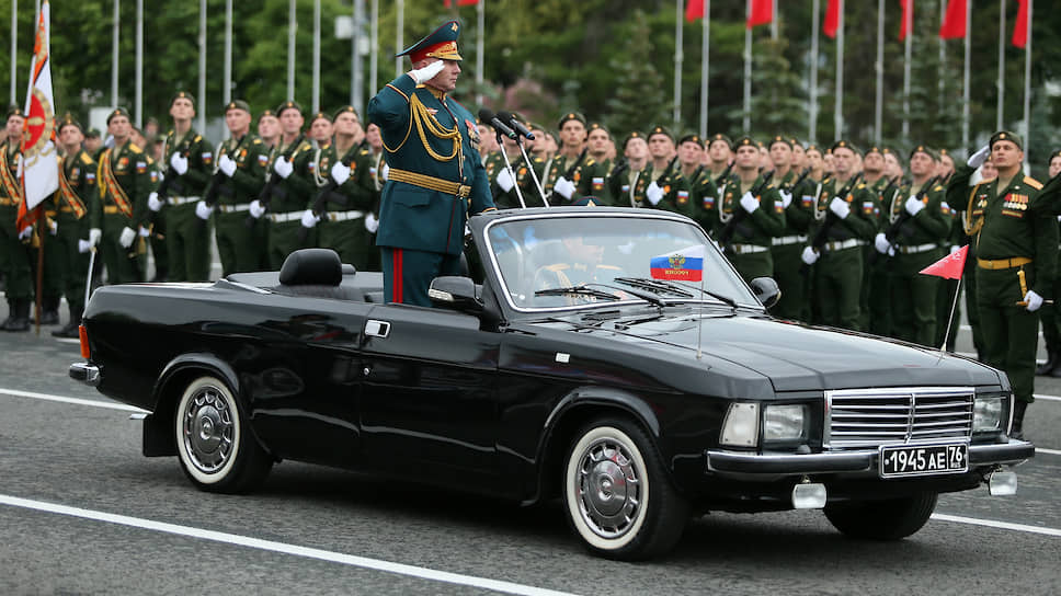 Принимает парад командующий 2-ой армией Андрей Колотовкин.