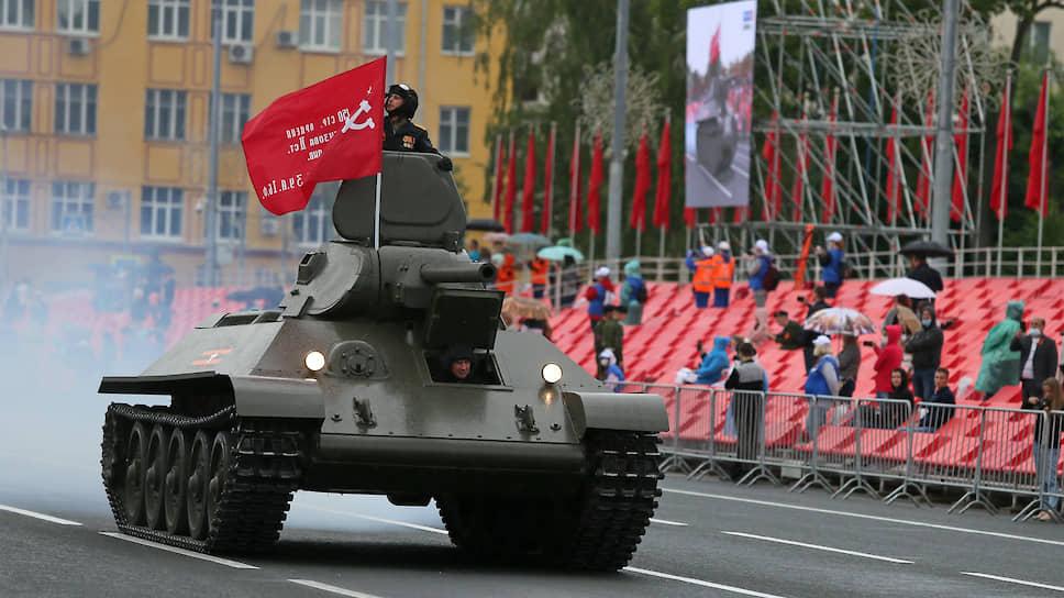 Танк Т-34 времен Великой Отечественной войны с копией знамени Победы.