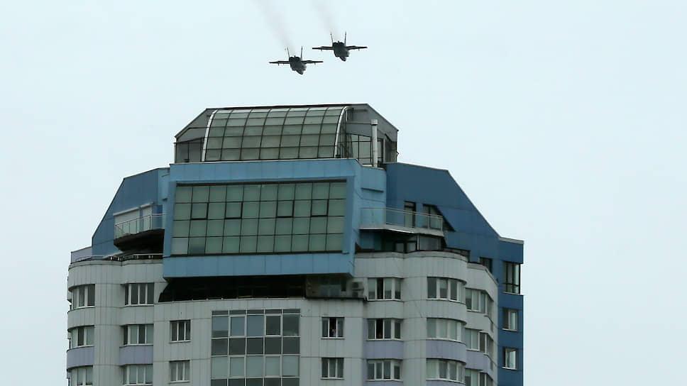 Су-34 пролетают над городом.