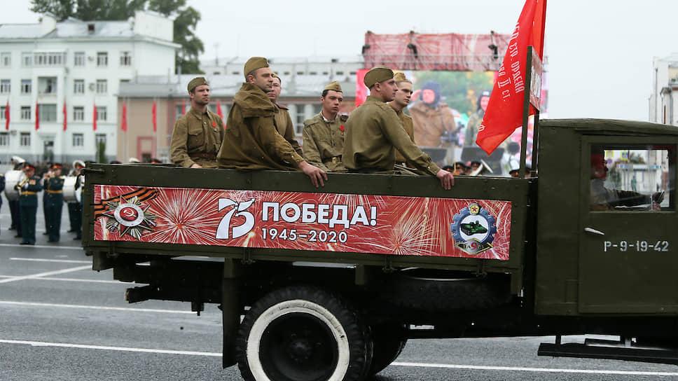 За парадом наблюдали несколько сотен человек.
