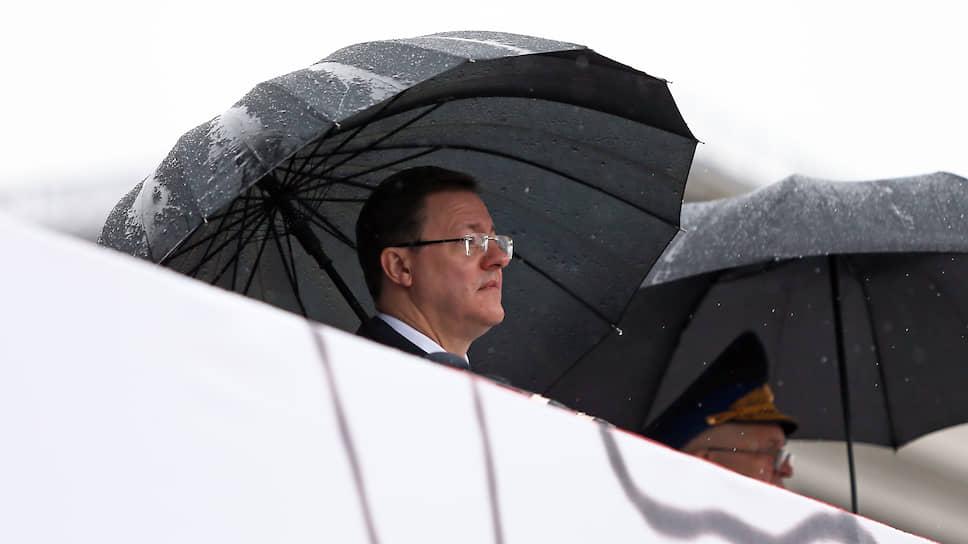 Губернатор Самарской области Дмитрий Азаров наблюдает за парадом под зонтом. Региональные власти не стали отменять мероприятие из-за пандемии коронавируса.