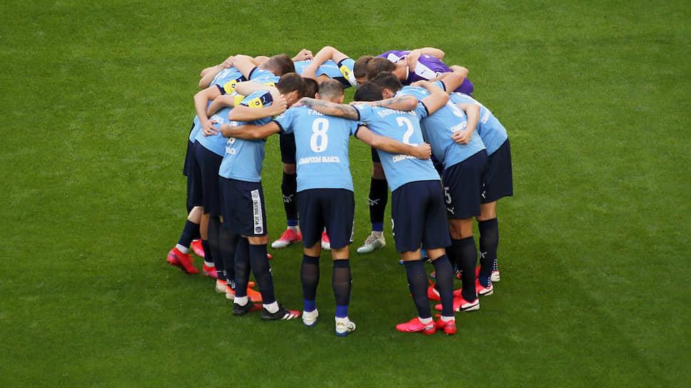 Футболисты «Крыльев Советов» встали в ритуальный круг перед началом игры.