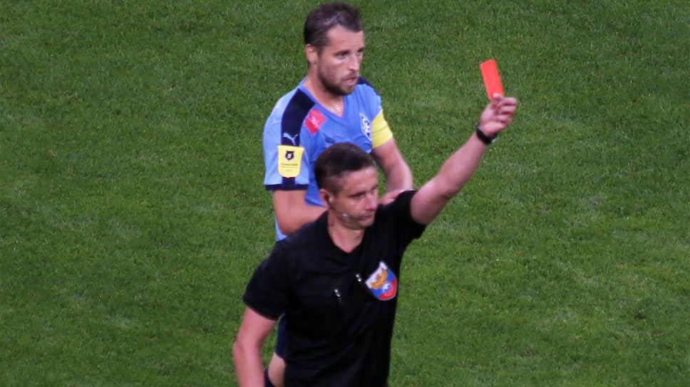Судья удалил двух футболистов во время игры.