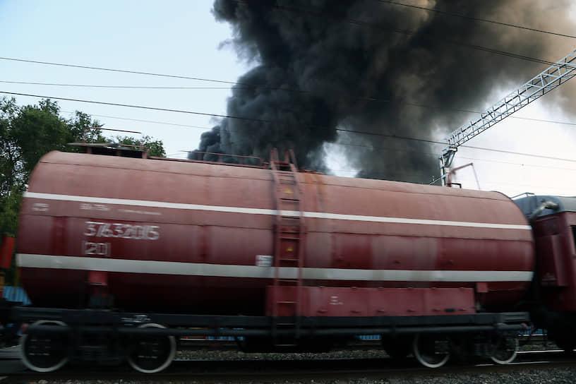 Всего на месте пожара работают более 200 человек и 75 единиц техники.
