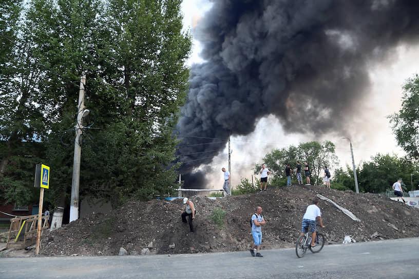 На территории склада работали два пожарных поезда и один катер для обеспечения подачи воды.